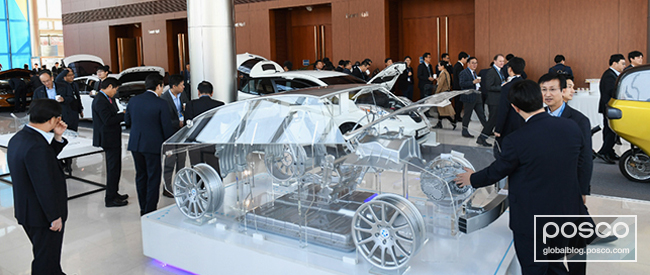 Clients browse POSCO's products at the 2017 Global EV Materials Forum.