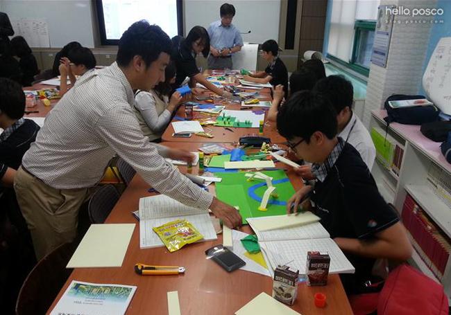 포스코건설 제공 / 포스코건설의 대표적인 재능기부봉사단인 리틀PM봉사단이 청소년 진학지도를 실시하고 있다.