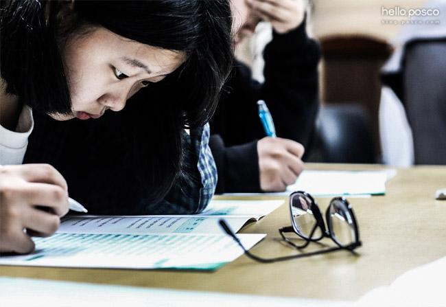 적성검사를 하는 학생들