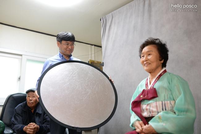 사진봉사단은 장수사진 촬영과 한부모 · 다문화가정의 가족사진을 촬영하는 활동을 진행하고 있다.
