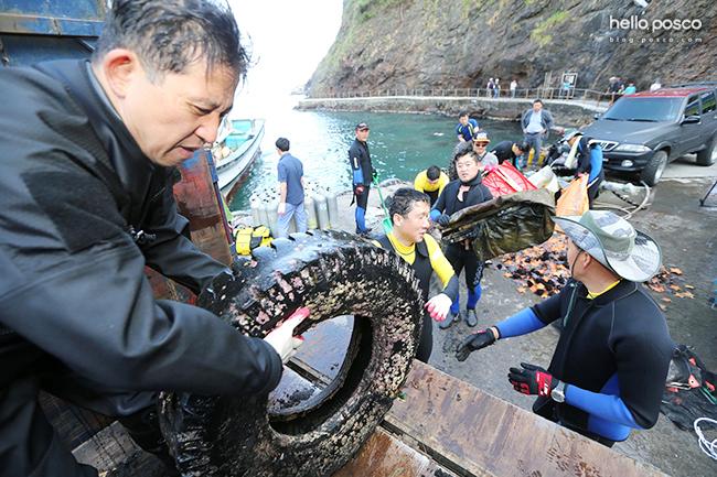 해양폐기물을 줍는 봉사단원