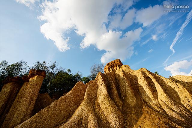 풍화작용으로 형성된 기묘한 모습의 바위산과 기둥