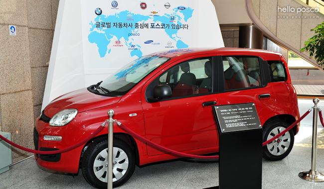 글로벌 자동차사 중심에 포스코가 있습니다. POSCO BMW 폭스바겐 닛산 포드 기아자동차 현대 삼성 빨간 자동차가 전시되어있다