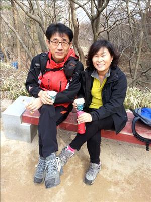 아내와 함께 가을산을 즐기는 이승호 파트장의 모습