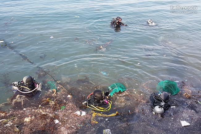 바다의 쓰레기를 들고가고 있다