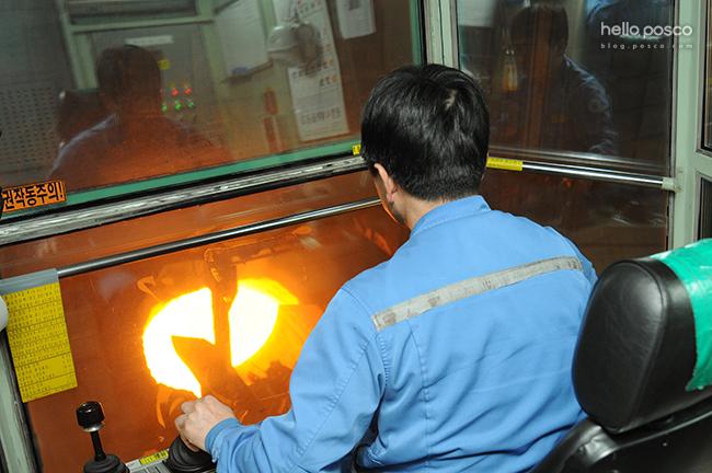 포항제철소 스테인리스 3제강 용강 크레인 운전 작업을 하고 있는 신양수 님의 뒷모습