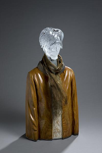 스카프한 남자, 유리(캐스팅, 블로잉), 나무(조각과 채색), 스테인리스 스틸 망, 75×40×22cm, 2017