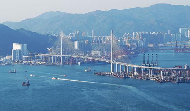 홍콩의 스톤커터교(Stonecutters Bridge)와 컨테이너 항구