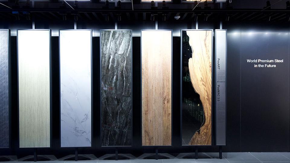 서울 포스코센터 스틸갤러리에 전시되어 있는 포스아트 샘플. 대리석, 나무, 패브릭 등 다양한 소재의 질감을 그대로 구현해낸 것을 직접 확인할 수 있다. 다양한 소재의 세로가 긴 직사각형 모양의 포스아트 셈플 여섯 개가 나란히 늘어서 있다.