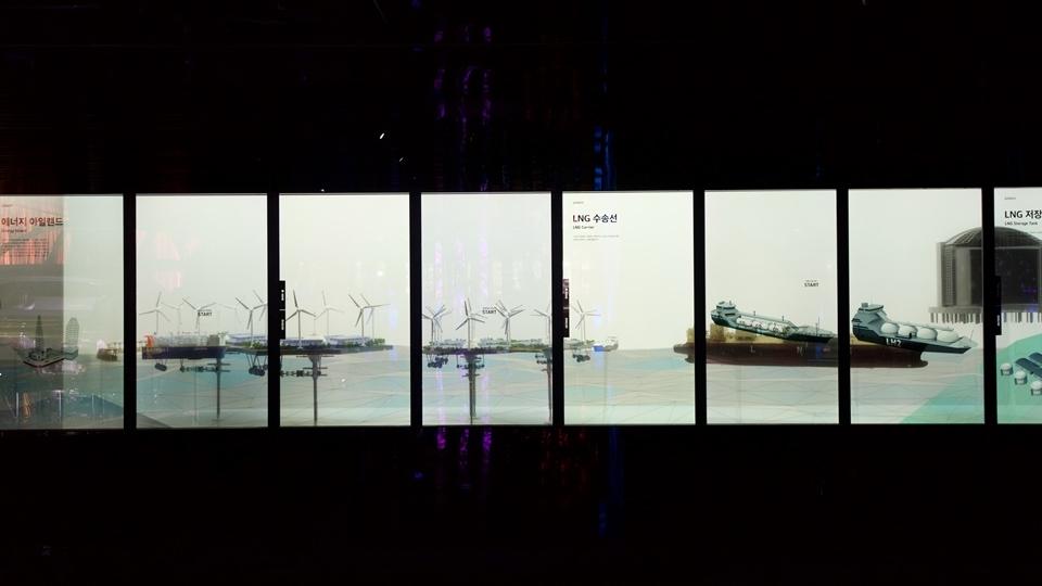 """키네틱과 미디어아트 활용, 제품종합전시관 """"Steel Gallery"""" 사진 lng 수송선과 저장고 설명"""