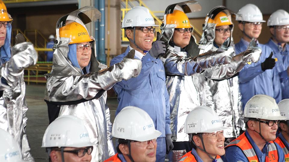 포항2고로공장 임직원들과 안전모를 착용하고 기념촬영을 하는 최정우 회장의 모습