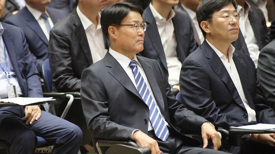 주주총회/이사회에 참석한 최정우 회장의 모습