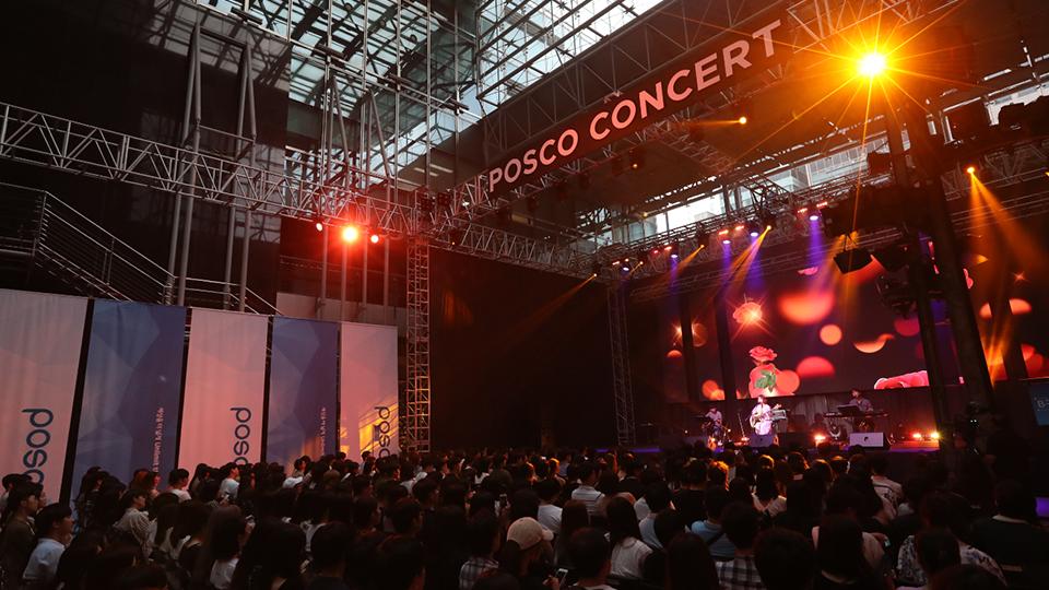 포스코 콘서트. 콘서트홀에서 뮤지션이 공연을 하고 있다.