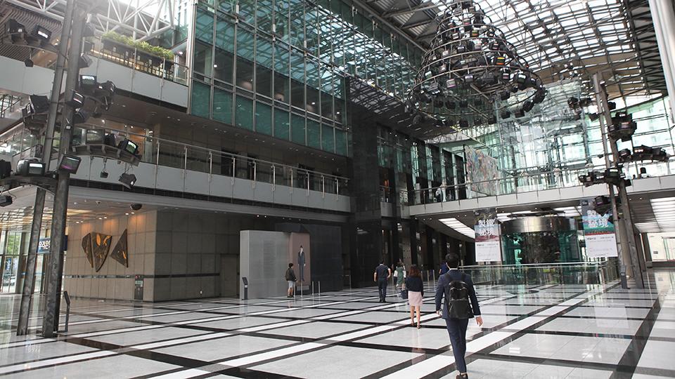 포스코 센터 1층 로비에 백남준 작품 TV깔대기, TV나무가 설치되어 있다.