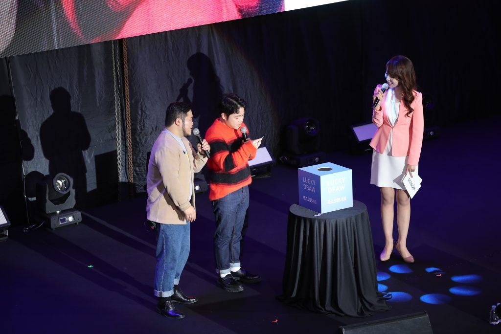 10월 포스코콘서트에 출연한 가수 길구봉구가 럭키드로우(Lucky Draw) 추첨을 하고 있다