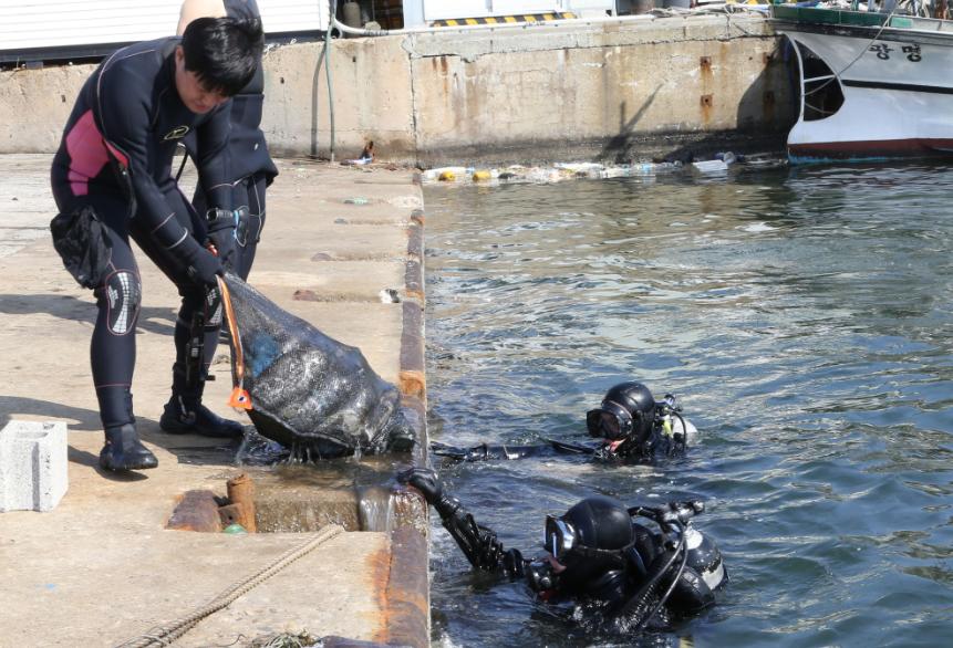 포스코 클린오션봉사단이 해양 쓰레기를 수거하고 있는 모습