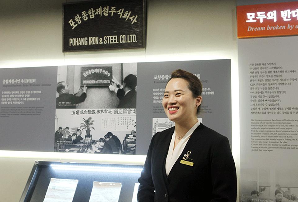포스코 역사관 내부와 포스코 역사관 해설자 서효진 해설사