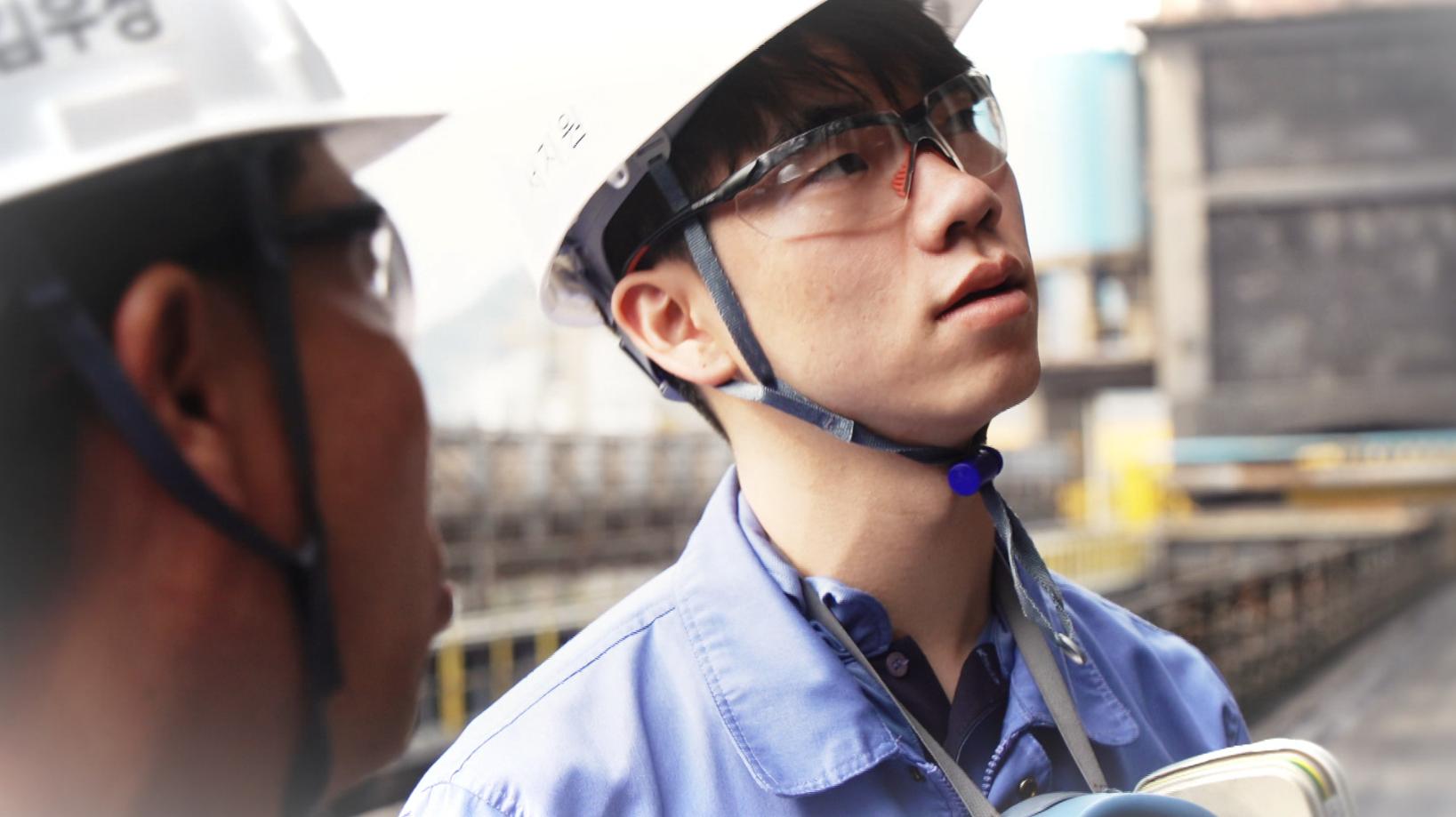 안전모와 안전고글을 착용한 서지원 사원 사진