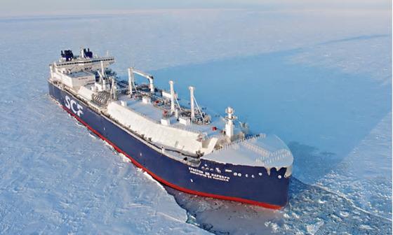 빙하의 바다를 누비는 쇄빙 LNG 운반선의 모습