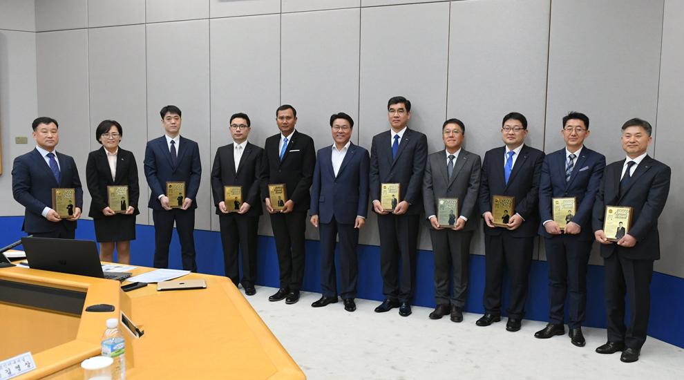 2019 기업시민 포스코대상 수상자들이 최정우 포스코 회장과 기념촬영을 하고 있는 모습. 오른쪽 여섯번 째부터 최정우 포스코 회장, 무클리스 크라카타우포스코 제선부 주니어 리더