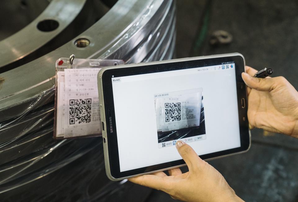 태블릿PC로 제품의 큐알코드를 인식하는 모습 1