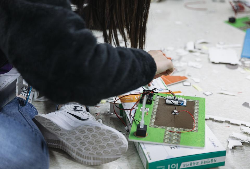 학생들이 과학키트를 가지고 직접 loT모형을 만들고 있다.