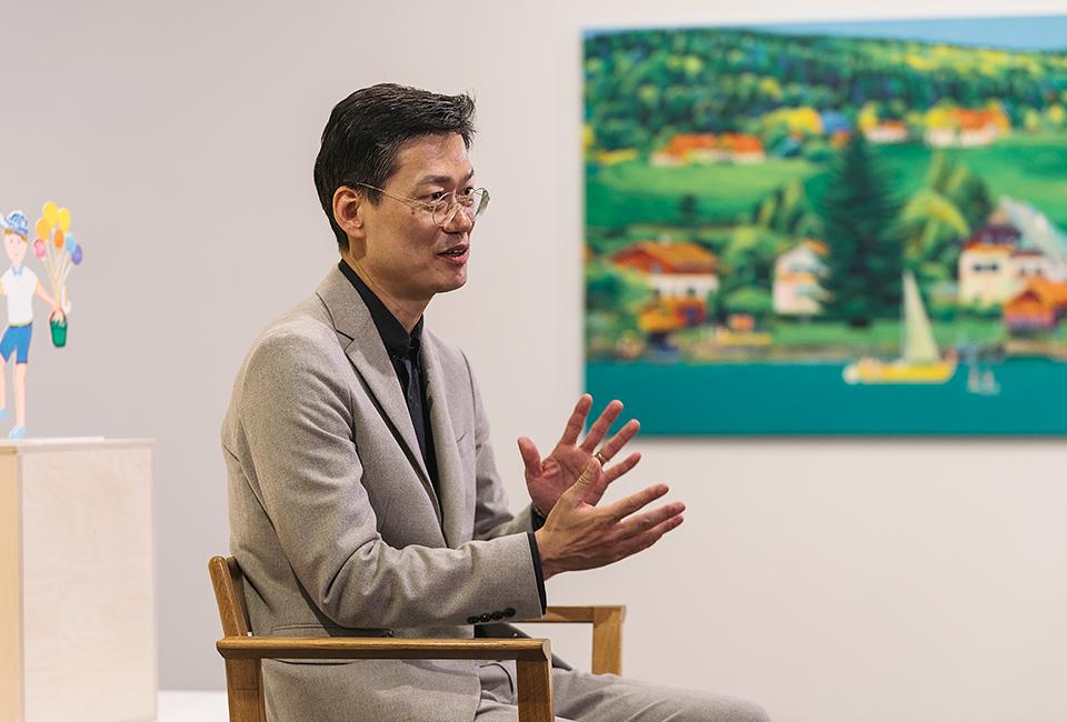 김덕기 작가를 만나 이번 전시와 자신의 작품에 대해 이야기를 하고 있다.