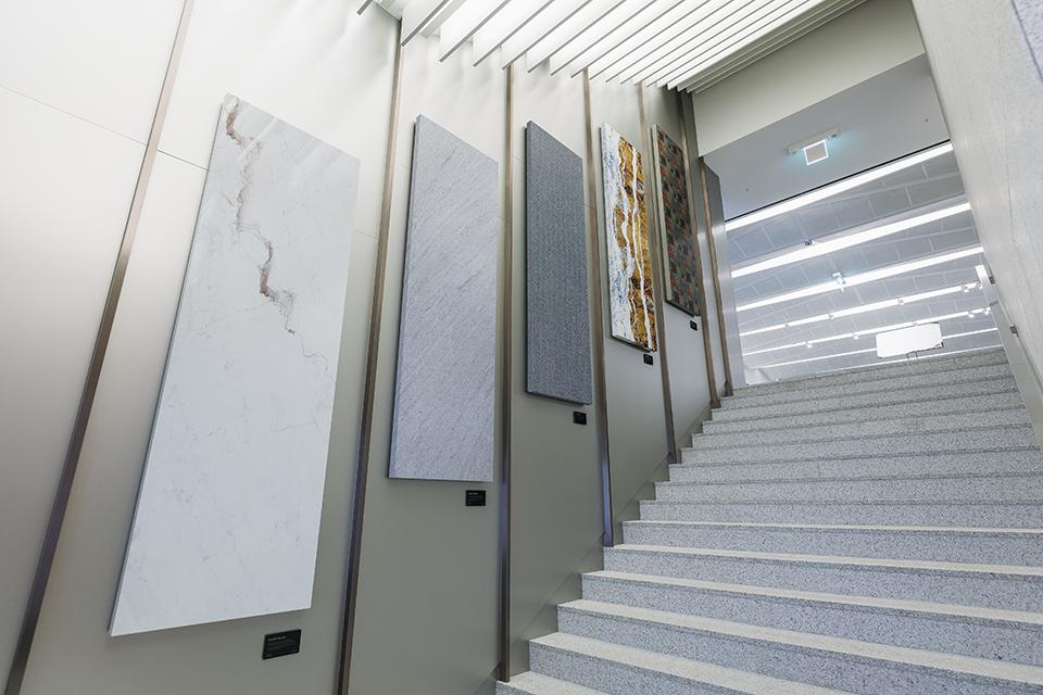 계단 벽에 전시된 포스아트 소재들