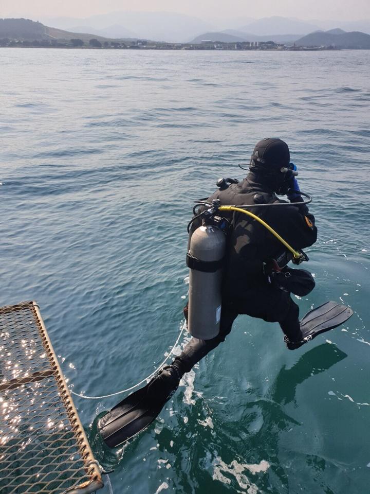 포항제철소 선재부 이예은 대리가 수중 정화 활동을 위해 바다로 뛰어내리는 모습