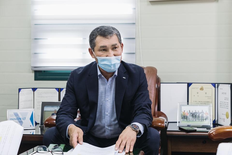 제철산업 서권덕 대표이사가 PosMAC 저류조를 소개하고 있다.