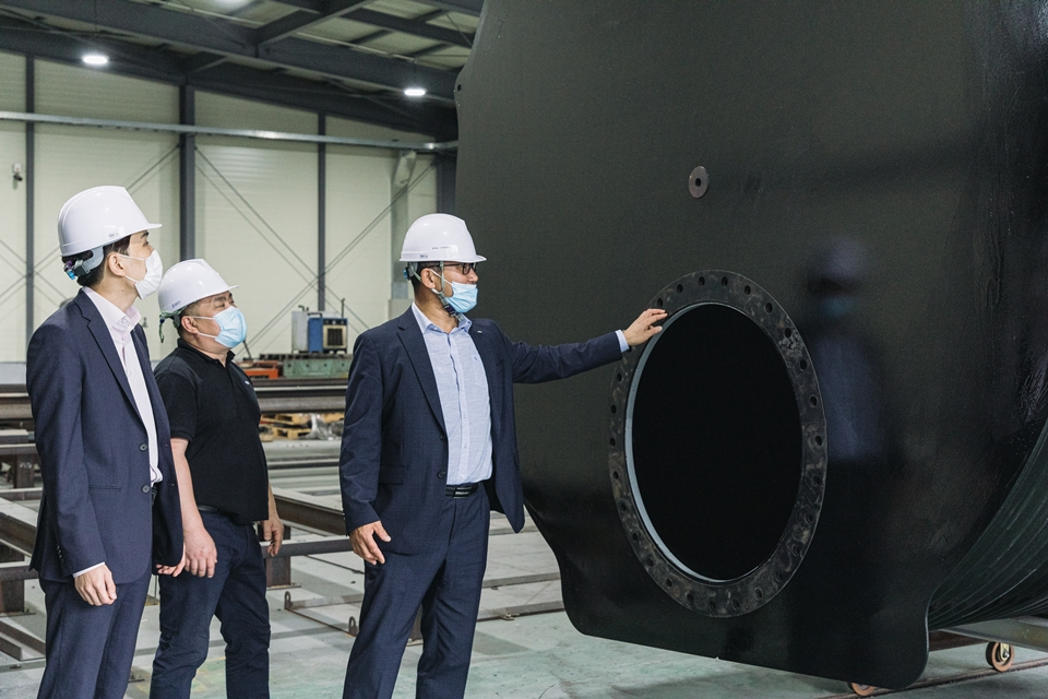 포스코 조유래 대리, 제철산업 배승열 이사, 제철산업 서권덕 대표가 PosMAC 저류조를 살펴보고 있다.