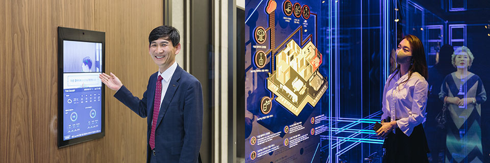 좌, 포스코 건설 박상현 부장이 갤러리 3층 수주관의 안면인식 시스템을 소개하고 있다. 우, 이효정 과장이 1층 아이큐텍에서 스마트 시스템을 선보이고 있다.