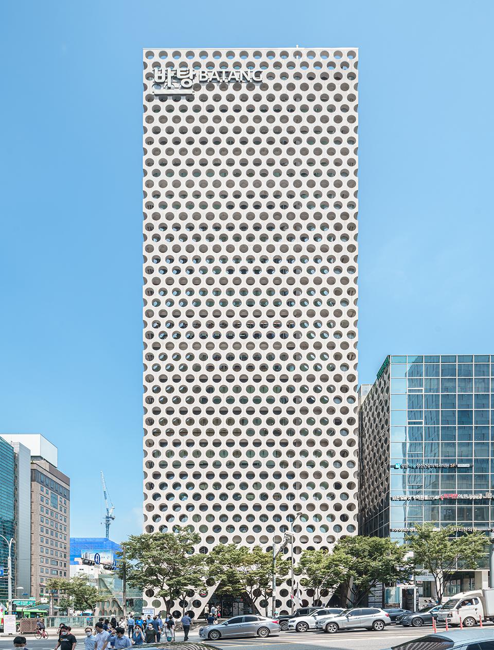 강남에 위치한 어반하이브 빌딩