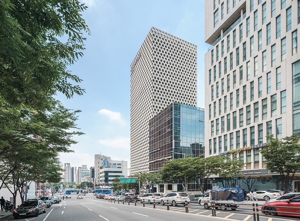 논현동 블록에 위치한 어반하이브 건물의 모습이다.