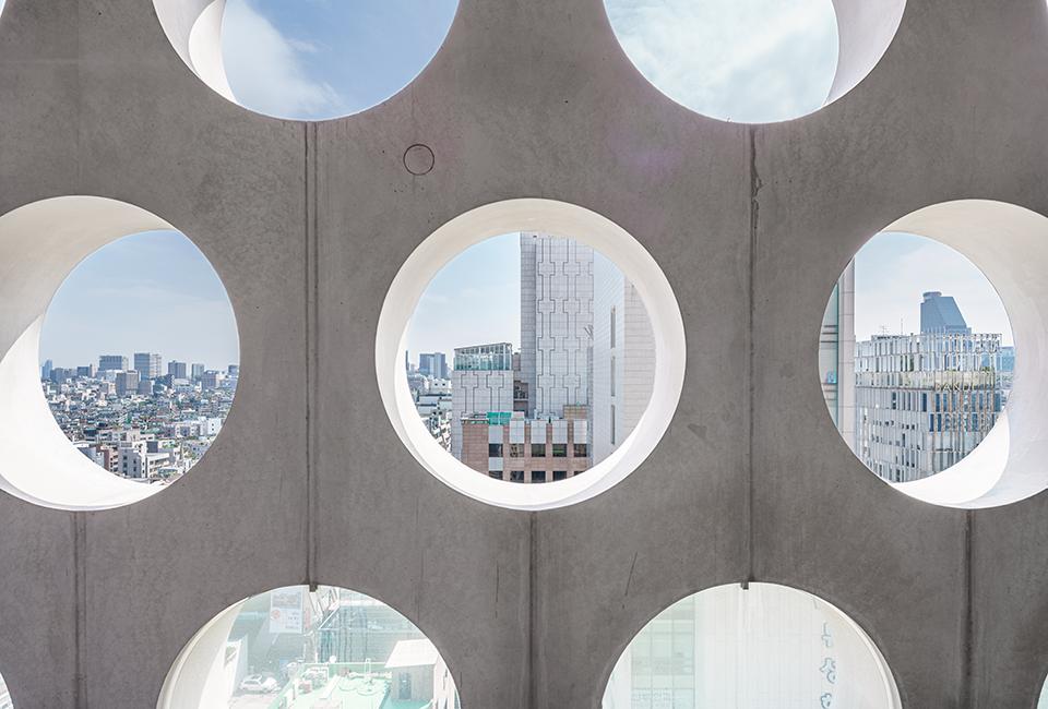 어반하이브 건물 내부에서 구멍을 통해 바라본 바깥의 풍경