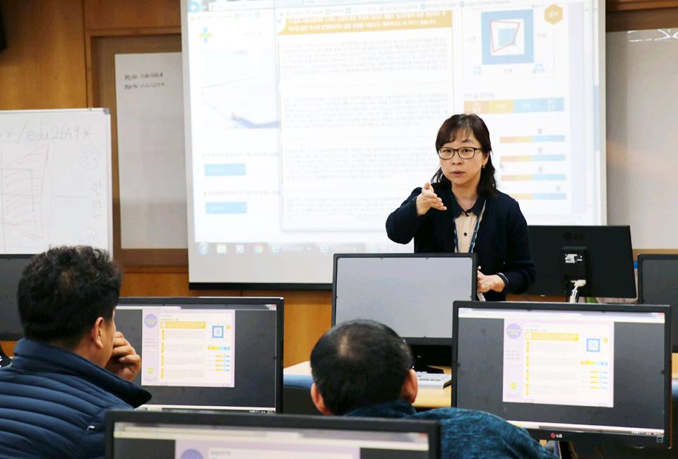 포스코 광양제철소에서 심리 교육을 진행 중인 김석미 심리상담사