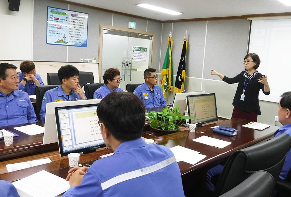 임직원의 정신건강을 위한 심리 교육을 진행 중인 김석미 심리상담사
