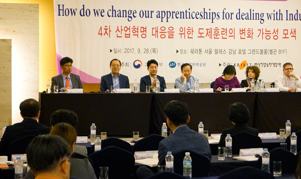 고용노동부와 한국산업인력공단이 주최한 한국형 일학습병행제 정착 컨퍼런스에 참석한 윤좌현 과장 (왼쪽에서 세 번째)