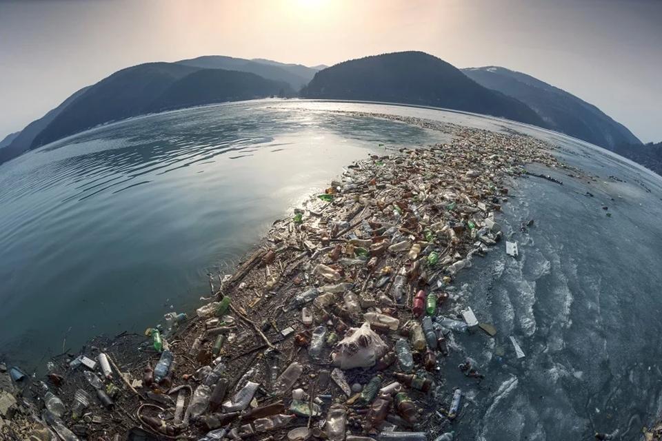 해양 환경을 위협하고 있는 일회용 플라스틱 쓰레기가 남아있는 모습.