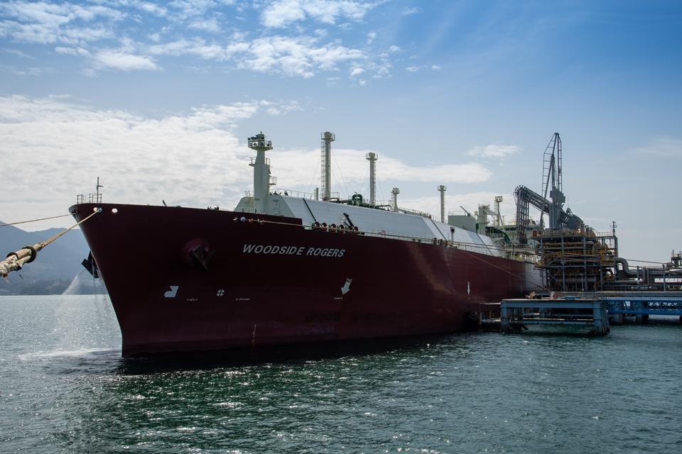 포스코는 ESG경영을 적극 실천하고자 '탄소중립 LNG'를 도입했다. 사진은 지난 19일 광양제철소 LNG 터미널에서 RWE社로부터 도입한 '탄소중립 LNG'가 하역되고 있는 모습. 넓은 바다 가운데 큰 선적이 있다. WOODSIDE ROGERS라고 적혀있다.