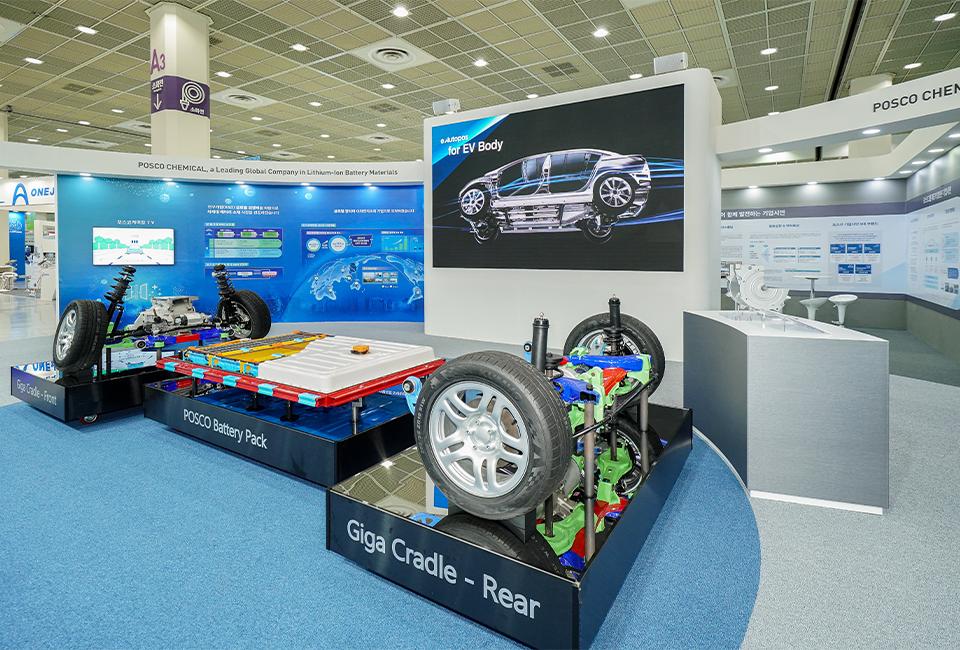 전시장 중앙에 위치한 e Autopos 제품이 적용된 친환경차 모형