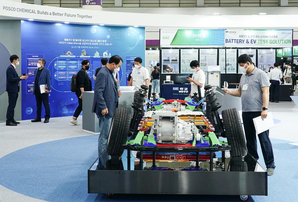 관람객들이 e Autopos 제품이 적용된 친환경차 모형을 살펴보고 있다.