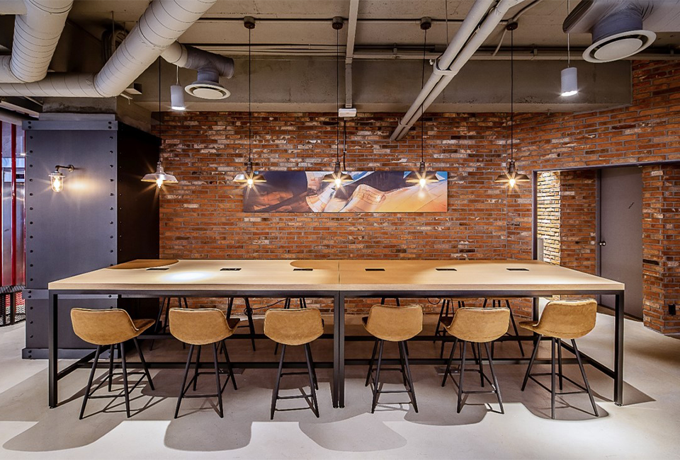 1층 로비에 위치한 회의 및 개인업무가 가능한 롱테이블 사진이다.