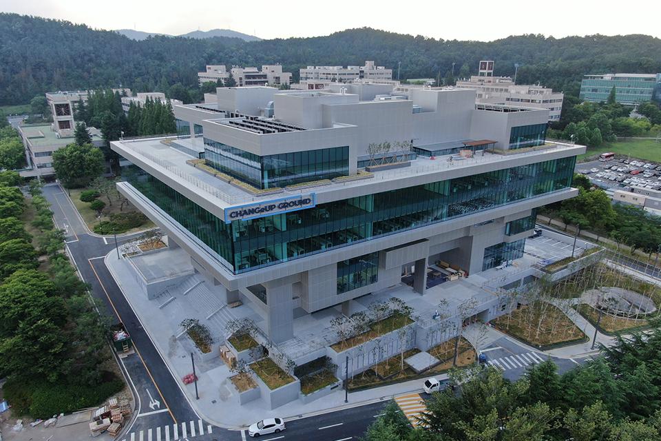 2021년 7월 21일 준공식을 앞두고 있는  체인지업 그라운드 포항의 외관 모습.
