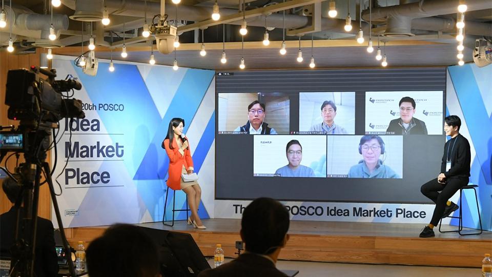 아이디어 마켓플레이스에서 선발된 벤처기업이 기업설명회에서 참여자들과 질의응답시간을 갖고 있는 모습이다.
