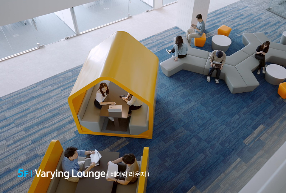 5F Varying Lounge(베어링 라운지)공간을 위에서 바라본 모습으로, 사람들이 라운지에서 시간을 보내는 모습이다.