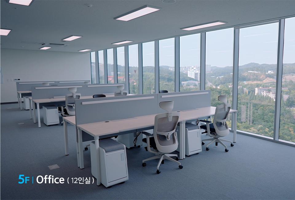 5F Office(12인실) 사무실의 모습이다. 우측 창으로 외부 전경이 보이는 모습이다.