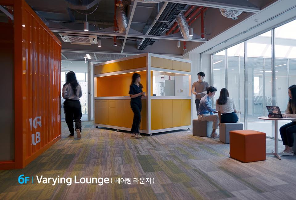 6F Varying Lounge (베어링 라운지) 공간을 정면에서 바라본 모습으로 사람들이 휴식을 취하고 있는 모습이다.
