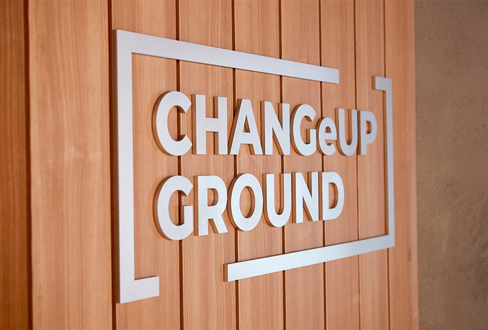 1층 벽면에 붙여져 있는 체인지업 그라운드 로고 사진이다.