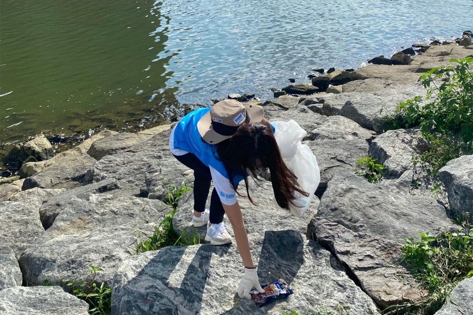 한강에서 플로깅, 즉 조깅을 하면서 쓰레기를 줍는 활동을 하고 있는 비욘드 14기 단원의 모습.